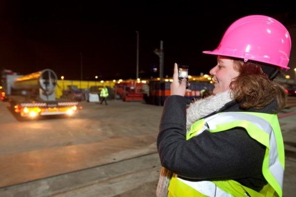 Katja tijdens het inhijsen van de eerste draagkolommen op Den Haag Centraal