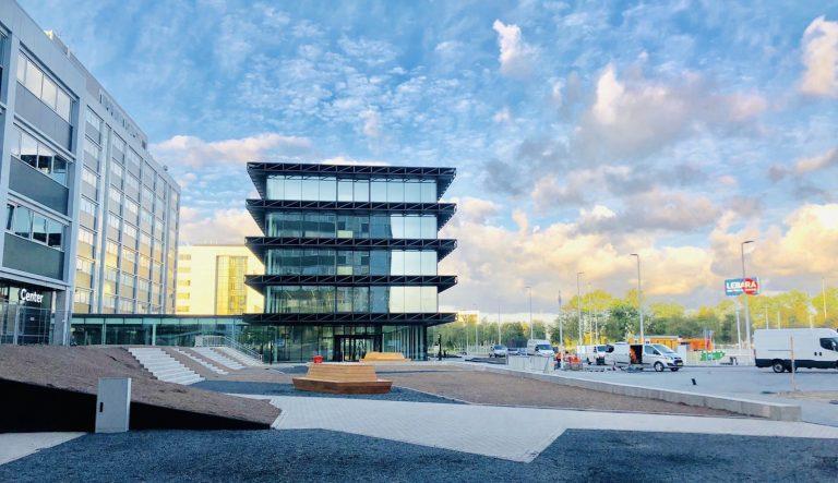 """The Base D op Schiphol: """"Een blikvanger bouwen in een dynamische en sensitieve omgeving"""""""